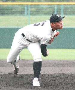 背番号15を着けて雨の中で力投する駒大苫小牧の伊藤駿哉投手