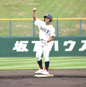2回2死二、三塁で左翼への適時二塁打を放ちガッツポーズする旭川実・弓削二塁手