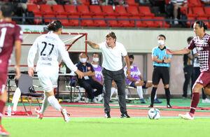 前半、選手に指示を出す札幌・ペドロヴィッチ監督