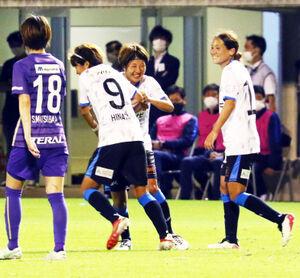 前半終了間際に先制点を決めたマイナビ仙台のMF隅田(左から3人目)は、FW宮沢と抱き合って喜ぶ