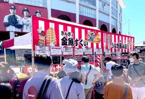 「東北ろっけんまつり」で金魚すくいや、うなぎつかみ取りに並ぶファン(カメラ・長井 毅)