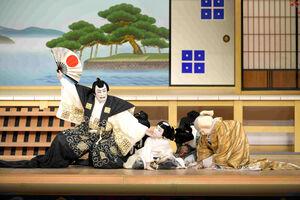 「近江源氏先陣館 盛綱陣屋」の一場面。(左から)松本幸四郎、尾上丑之助、中村歌六(C)松竹