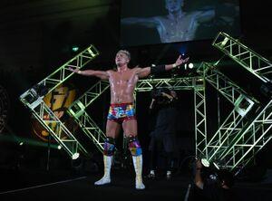 G1開幕戦で棚橋弘至に劇勝。観客の手拍子に応えるオカダ・カズチカ(新日本プロレス提供)