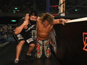 G1開幕戦でオカダ・カズチカに敗れ、若手に肩を借りて引き上げる棚橋弘至(新日本プロレス提供)