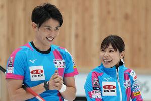 笑顔を見せる吉田夕梨花(右)、松村雄太組(代表撮影)