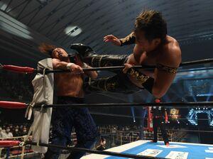 コーナーの後藤洋央紀に強烈なキックをたたき込むタイチ(右=新日本プロレス提供)