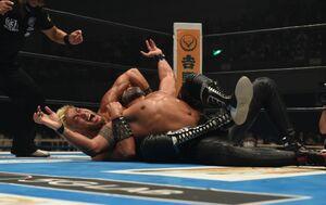 タマ・トンガを必殺のSkull Endで絞め上げるSANADA(新日本プロレス提供)
