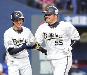 8回1死二塁、T-岡田はこの試合2本目となる右越え2ラン本塁打を放ち笑顔をみせる