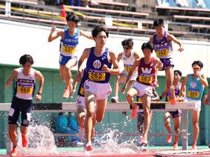 男子3000メートル障害で2連覇を達成した順大・三浦龍司(中央=カメラ・太田 涼)