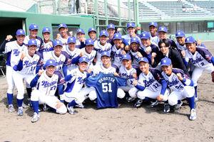 春秋リーグ戦連覇を決めた東農大北海道ナイン。背番号「51」の佐々木さんに優勝を届けた