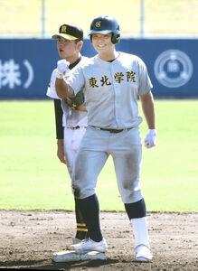 8回に逆転打を放ち、ベンチへガッツポーズする東北学院・佐藤雅起(右)