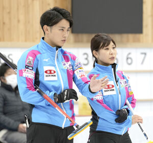 決定戦第1試合の第6エンド、作戦を話し合う吉田夕梨花(右)、松村雄太組