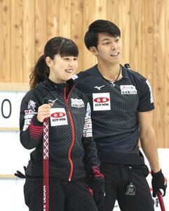笑顔を見せる松村千秋(左)、谷田康真組