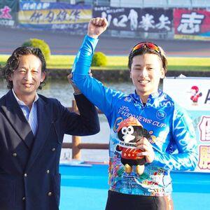 岐阜競輪を優勝した山口拳矢と父の幸二さん(左)