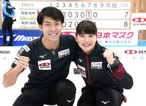 カーリングの北京冬季五輪に向けた混合ダブルス日本代表に決まり、笑顔の松村千(右)、谷田組