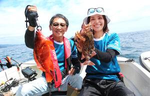 40センチ級のアカハタを釣った椎野社長(左)と30センチ近いカサゴを上げた小野瀬(静岡・網代沖で)
