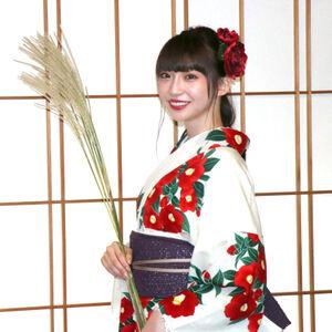 中秋の名月にちなみ、ススキを手にポーズを決める荻野由佳