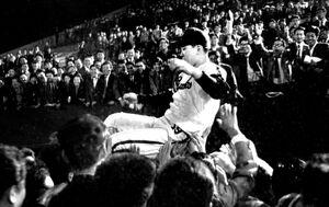 シーズン最終戦最終打席で当時の日本新記録となる52本塁打を打ち、熱狂した大阪球場のファンから胴上げされる南海・野村克也捕手