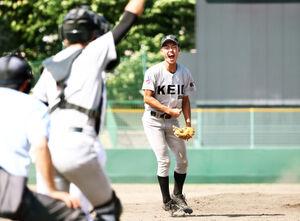 9回のピンチを抑えて勝利し、喜ぶ大館桂桜・福田