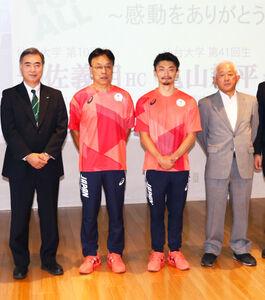 母校の仙台大で報告会を行った体操男子日本代表の亀山耕平(左から3人目)と、車いすバスケットボール女子日本代表の岩佐義明ヘッドコーチ(左から2人目)