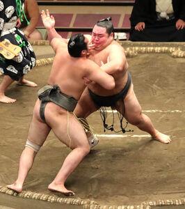 友風(右)は、押し出しで和山を破る(カメラ・佐々木 清勝)