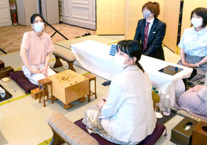 検分に臨む里見香奈清麗(左)と加藤桃子女流三段(日本将棋連盟提供)