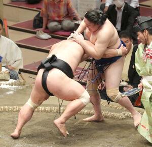 妙義龍(左)は寄り切りで一山本を破り、2敗を守った(カメラ・佐々木 清勝)
