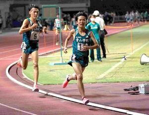 絆記録挑戦会男子5000メートル最終組で力走する青学大・佐藤一世(右)