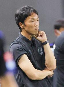 前半、湘南・山口智監督は険しい表情を見せる