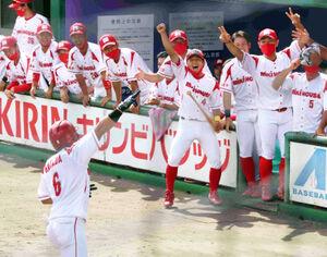 2回1死、堅田(左手前)の先制本塁打に大喜びするミキハウスの選手たち