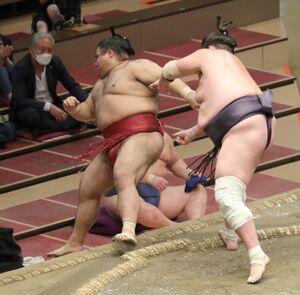 照ノ富士(右)は、寄り切りで高安を下す(カメラ・佐々木 清勝)