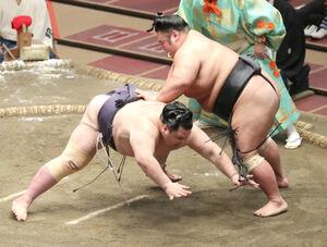 貴景勝(右)は、引き落としで阿武咲を下す(カメラ・佐々木 清勝)