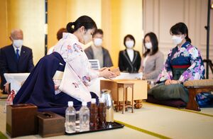 駒を用意する里見香奈清麗(左)(右は加藤桃子女流三段)