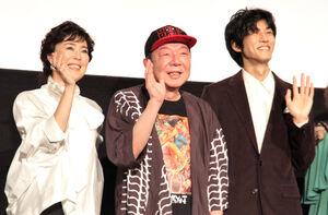 笑顔で手を振る(左から)寺島しのぶ、古田新太、松坂桃李