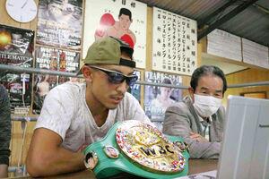 WBC世界ライトフライ級の新王者になり、一夜明け会見に臨む矢吹正道(左)と緑ジムの松尾敏郎会長(緑ジム提供)