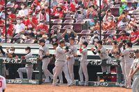 2回2死一塁、左中間へ先制2ラン本塁打を放ち生還した中田翔は坂本勇人らナインに手荒く迎えられる