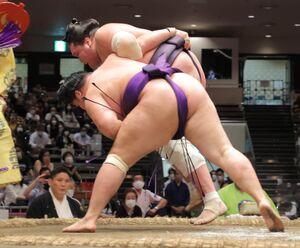 照ノ富士(後方)は明生に下手投げで敗れる