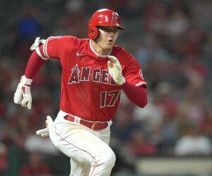 6回の第3打席で一塁に向かって走る大谷翔平(ロイター)
