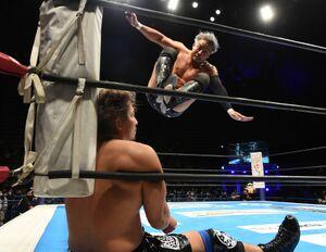 コーナーの高橋裕二郎に串刺しドロップキックを放つKENTA(新日本プロレス提供)