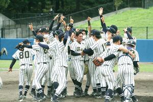 優勝を決めマウンドで喜ぶ東海大北海道