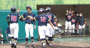 初回に満塁本塁打を放った藤田(15)を迎える和歌山ナイン