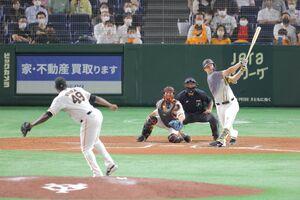 9回無死二塁、中越えに同点二塁打を放つジェリー・サンズ(投手はチアゴ・ビエイラ、捕手は小林誠司)(カメラ・泉 貫太)