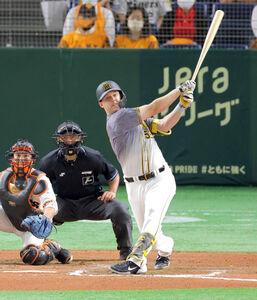9回無死二塁、中越えに同点二塁打を放つジェリー・サンズ