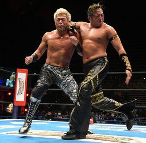 SANADA(左)に強烈なエルボーをたたき込んだタイチ(新日本プロレス提供)