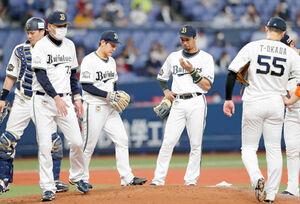 4回無死一、二塁、マウンドに集まる宮城大弥(左から3人目)らオリックスナイン