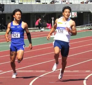 全日本実業団対抗選手権100メートル予選で1組2着に入った山県亮太(右)。左は永田駿斗