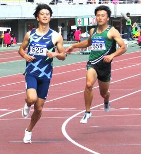 全日本実業団対抗選手権100メートル予選で2組1着となった多田修平(左)