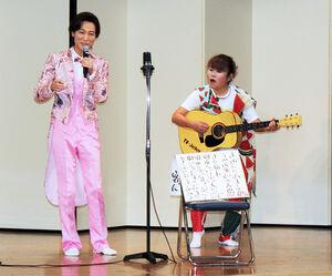 「925祭り」に登場した歌手の山内恵介(左)。山田邦子は「TVジョッキー」出演時の宝物・ギターで演奏