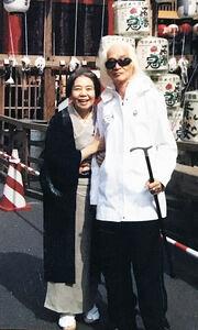本木雅弘が「風神雷神」と表現した樹木希林さん(左)と内田裕也さん