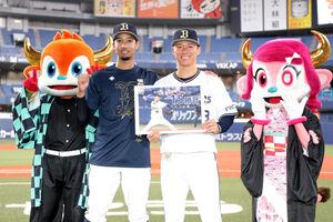 15勝目を飾った山本由伸(右)と宗佑磨は、笑顔で撮影に応じる